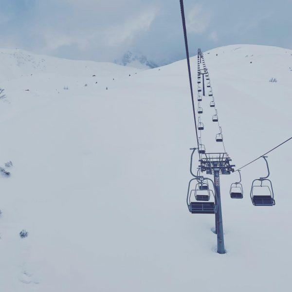Ein leerer Lift und das links sind Bäume und keine Skifahrer. Immer noch ...