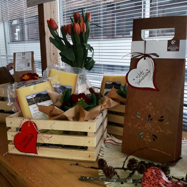 """Nicht vergessen: Am Sonntag ist """"Valentinstag"""" 💕 Auch unsere Mädels im Laden haben schon ein paar Geschenksideen..."""