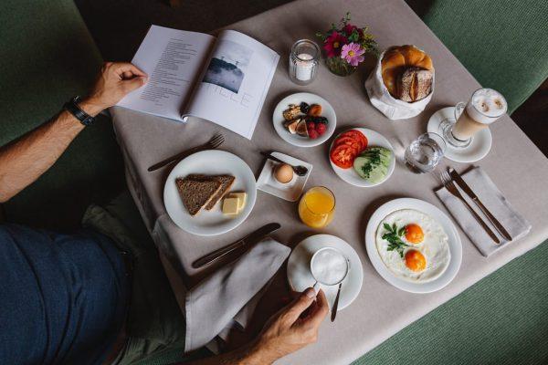 Zu gerne würde Bislan, unser Frühstückskoch und Allrounder, euch mit einem Frühstück verwöhnen. ...