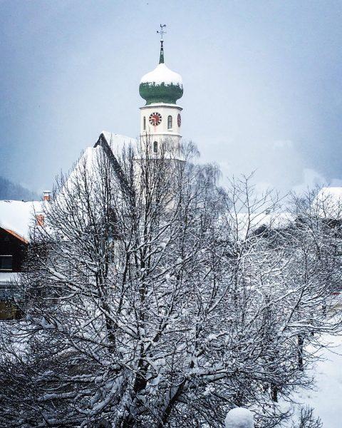🐓 In St. Gallenkirch steht die Pfarrkirche zum heiligen Gallus. Er gilt unter anderem als Schutzpatron der...