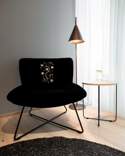 AMRAIs Sitzmöbel wurden mit feinen und erlesenen Stoffen bezogen, auf denen AMRAIs stilvolle ...
