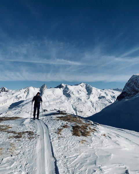 philip enjoys the snow🦚 . . . #sportalplech #sportalpwaldhart #austria #vorarlberg #mountains #alps #arlberg #lechamarlberg #lechzuers #omeshorn...