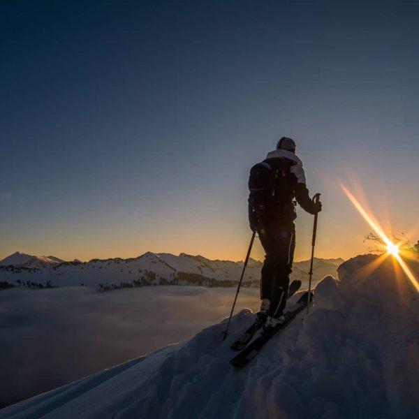 Follow the sun... #skitourengehen #skitrab #morningwalk #mountains #goldenhour #bergwelten #ländle #überdenwolken #schnee #skiing ...