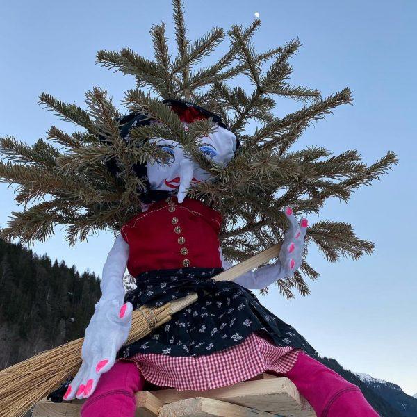 Traditionelles Funken abbrennen in diesem Jahr im eigenen Garten. Hexe Covidia von Coronahausen 😉 thront auf dem...