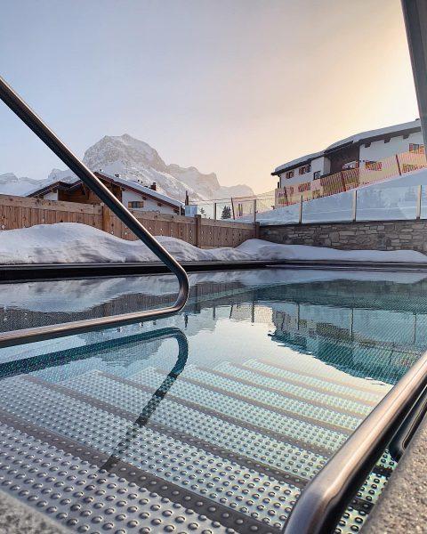 Dies ist Februar in Lech. Ein Après-Ski-Sundowner-Bad im Pool ist jetzt Realität! . ...