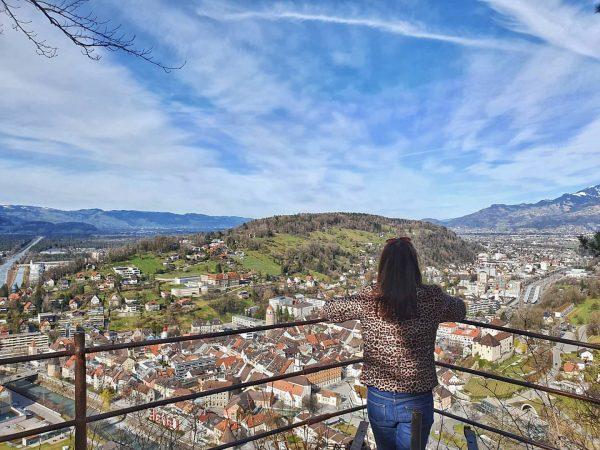 Dieser Blick vom Stadtschrofen auf das frühlingshafte Feldkirch und die noch weißen Berggipfel ...