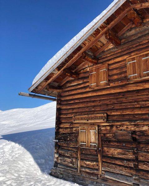 Ein wunderbar blauer Himmel über der Alpe Wasserstuben im Silbertal. Einfach bezaubernd! 🤩❄️ ☀️ Sonnenkopf Obermuri -...