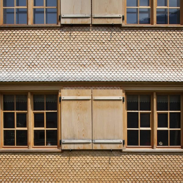 Mehrfamilienhaus M. The beautiful craftmanship of shingles brings both texture and tone to ...