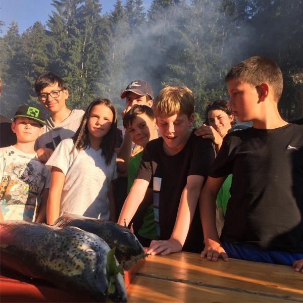 Frischen Lachs gab es zum Abschluss! #bowcamp #oasek77 #lagerfeuer #naturerleben #sommercamp #klösterleamarlberg #klostertal ...