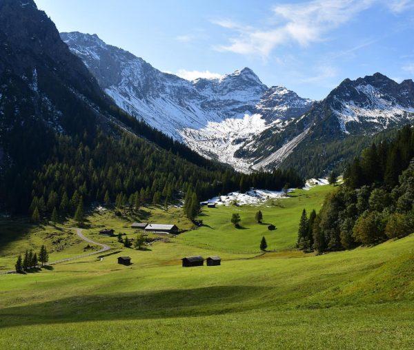 Das wunderschöne Zalimtal (30.09.). Unten wieder grün, auf der Oberzalimhütte lag noch Schnee... ...