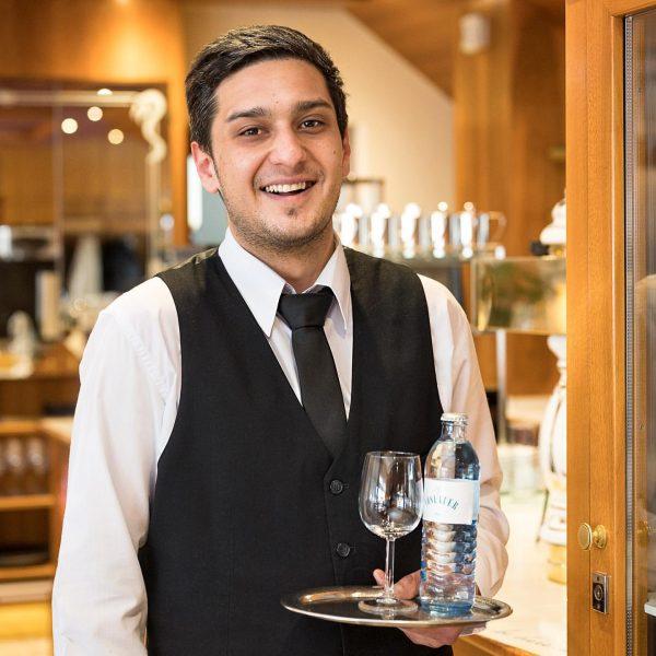 Yunus Emre Cansever macht bei uns seine Lehre als Restaurantfachmann im zweiten Bildungsweg ...
