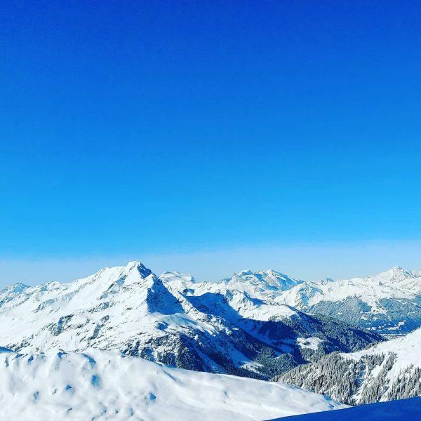 Beautiful Day ⛷🏔💙 #sonnenkopf #klösterle #vorarlberg #bergblick #skifahren #skifahrenisdesleiwandste #skiing #traumtag #sonne #schnee ...