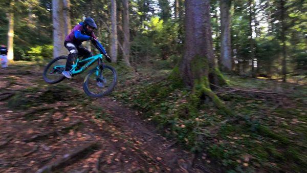 Wie findet ihr den shot?🤔 #bikelife #santacruze #commencal #rockshox #foxmtb #downhill #lovemysport❤️ #tabeltop #stundit #sick #mtbjumping #mtb...
