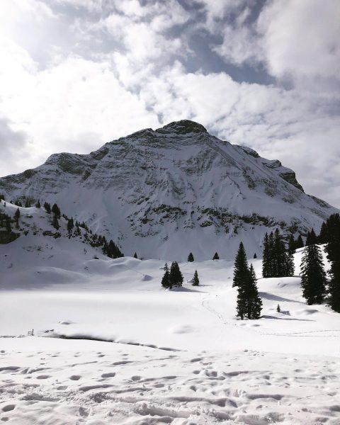 Schneeschuhwanderung zum schönsten Platz Österreichs 🏔🇦🇹 #körbersee #schönsterplatzösterreichs #9plätze9schätze #austria #warthschröcken #schröcken #hochtannbergpass ...