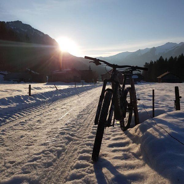 Abend Trail Runde immer noch mit Schnee 🚴🏻♂️🙂#visitbregenzerwald #visitvorarlberg #specialized #emountainbike #emountainbikeowners #specializedlevoturbo #emtb Mellau