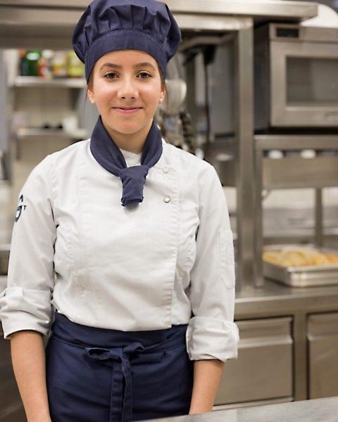 Das ist Laura Bertsch. Sie ist Gaschtschülerin. Laura macht die Kochlehre im Zuge ...