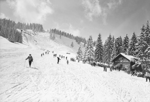 #tbt It's still weird to see pictures like this 😅 #crowded #hills #myvorarlberg ...
