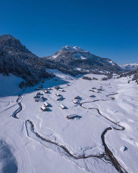 Herrlich still und malerisch präsentiert sich die Vorsäßsiedlung Schönenbach im Winter. 📸 @michaelmeusburger ...