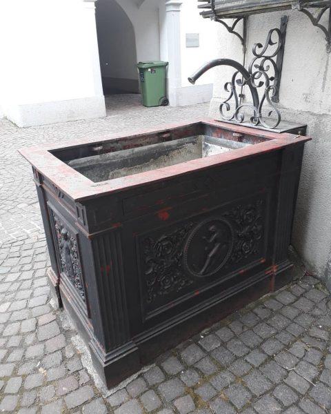 Interessanter Brunnen In Feldkirch in unmittelbarer Nähe zum Rathaus findet sich ein interessanter Brunnen. Der Jahreszahl auf...
