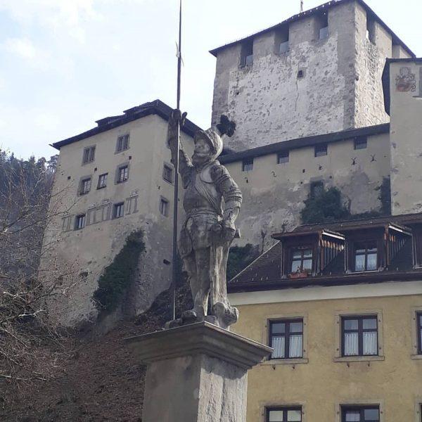 Die mächtige Schattenburg Mächtig thront die Schattenburg bis heute über Feldkirch an der ...