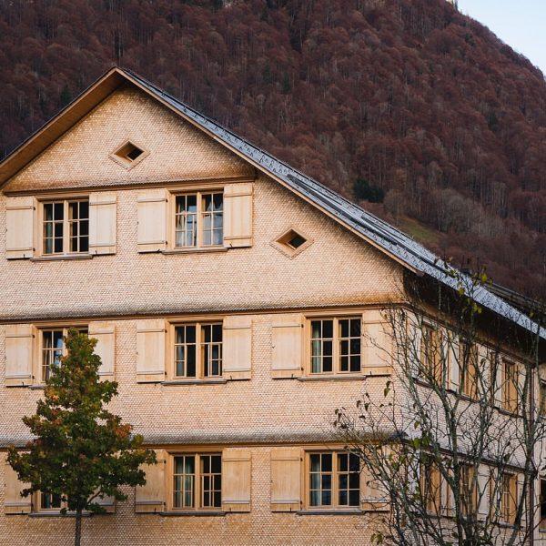 Bregenzerwälder Haus. Das Haus A versprüht als detailgetreuer Wiederaufbau eines Gebäudes mit bäuerlich-handwerklicher ...