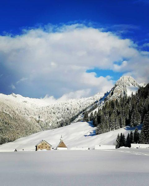 Kurzes Sonnenfenster in Schönenbach nach dem späten Wintereinbruch #bregenzerwald #bregenzerwald_fan #snowshoeing #schneeschuhtour #kapelle ...