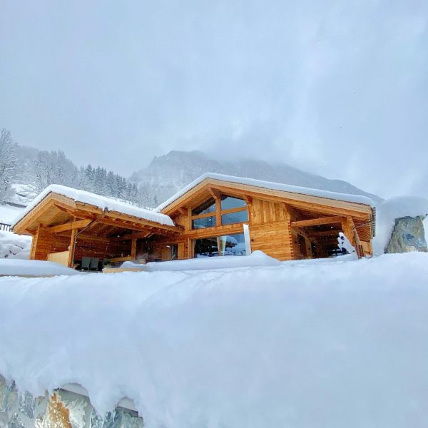 Snowy day today #brandnertal #chaletexteriors #hideaway #chaletlife #luxuryskichalet #luxurychalet #privatechalet #mountainchalet #mountainview #alpenliebe ...