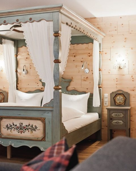 Die Mondschein Suite mit romantischem Himmelbett ist ein Mix aus Tradition und Moderne. ...