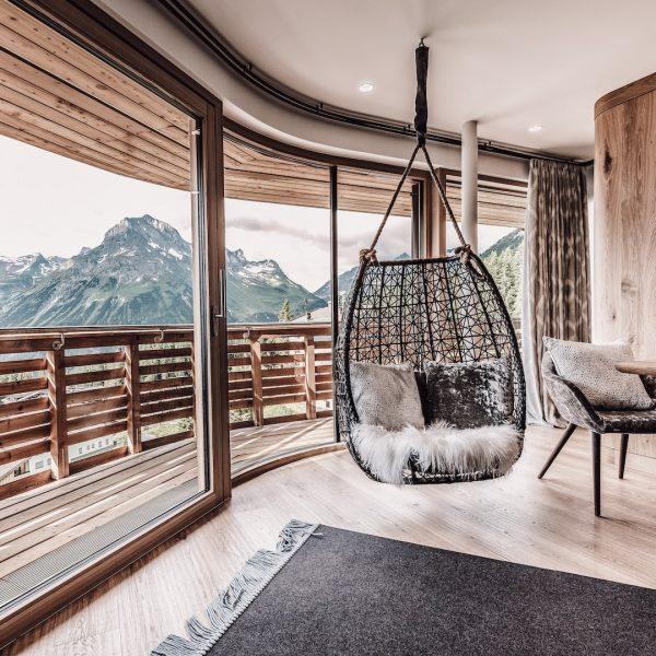 Nach einem angenehmen Schlaf die Fenster öffnen und die prachtvolle Berglandschaft in Oberlech genießen. ✨ Das ist...