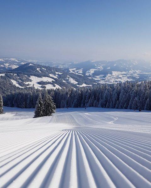 Pistenperfektion. 📸 @chsch.21 #winter #schnee #snow #skifahren #skiing #skipiste #skislopes #bödele #schwarzenberg #bregenzerwald ...