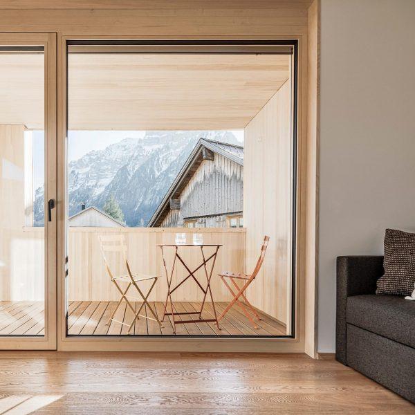 Genussvolle Lebenskunst mit den Bergen fest im Blick. #tempel74 #wohnkulturvomfeinsten #bregenzerwald #mellau #baumeisterjuergenhaller ...