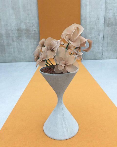 """Frühlingsgrüße aus dem @kunsthausbregenz 🌷. Die Ausstellung """"Seasonal Greetings"""" bietet aber weit mehr als das. Schrill, bunt..."""