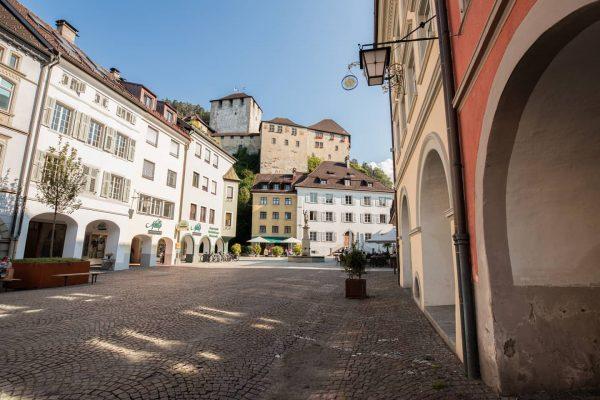Dieser Blick von der Neustadt in Feldkirch auf die Schattenburg bei strahlendem Sonnenschein ...