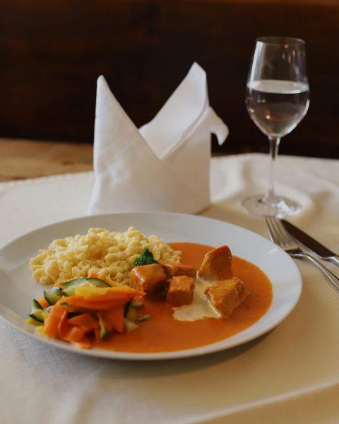 Kommenden Sonntag gibt es: Kalbsrahmgulasch mit hausgemachten Spätzle und buntem Gemüse . #schlosswitschaftschattenburg ...