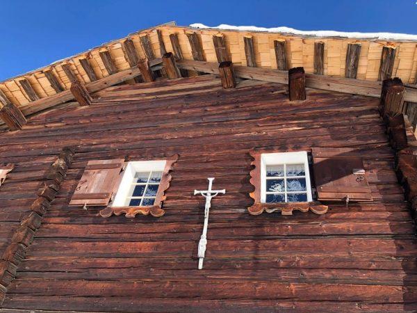 Winterliche Maisäßkulturlandschaft im Montafon. Wer kennt das markante Gebäude mit Schindeldach und dem Wandkruzifix und weiß auf...