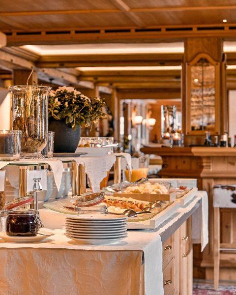 Lassen Sie sich verwöhnen! ✨ In unserer Halbpension inkludiert ist ein reichhaltiges Frühstücksbuffet (mit Early Morning Tea...