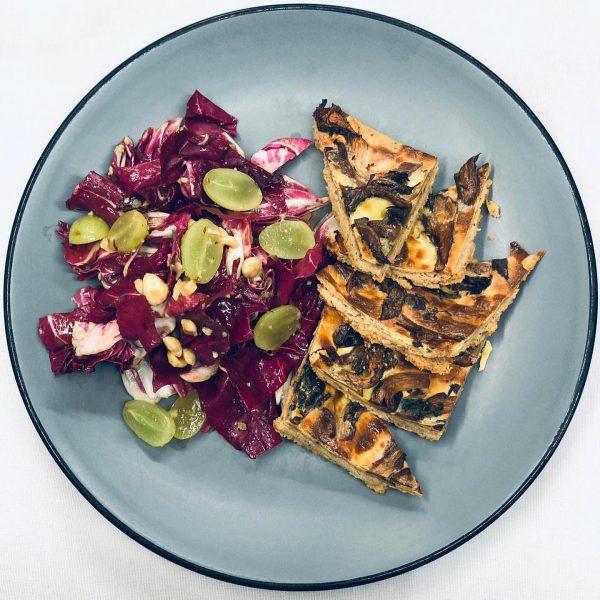 Wir möchten Ihnen heute ein vegetarisches Gericht vorstellen aus unserer Karte: Die Pilz-Haselnuss-Tarte ...