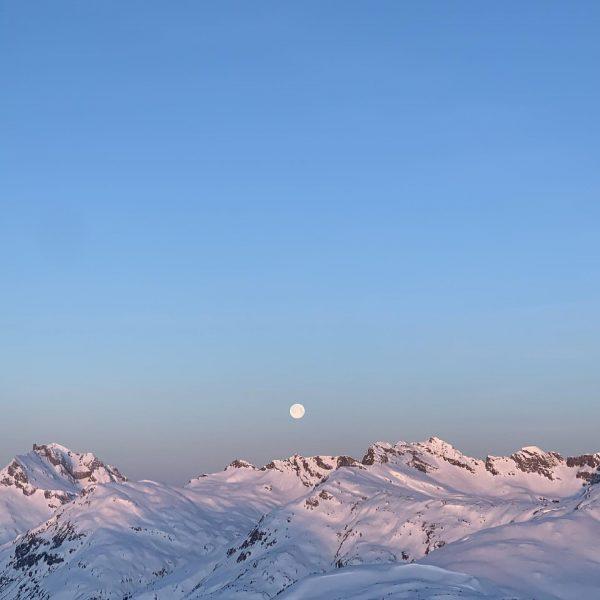 full moon and the mountains . . . #sportalplech #sportalpwaldhart #austria #vorarlberg #mountains #alps #arlberg #lechamarlberg #lechzuers...