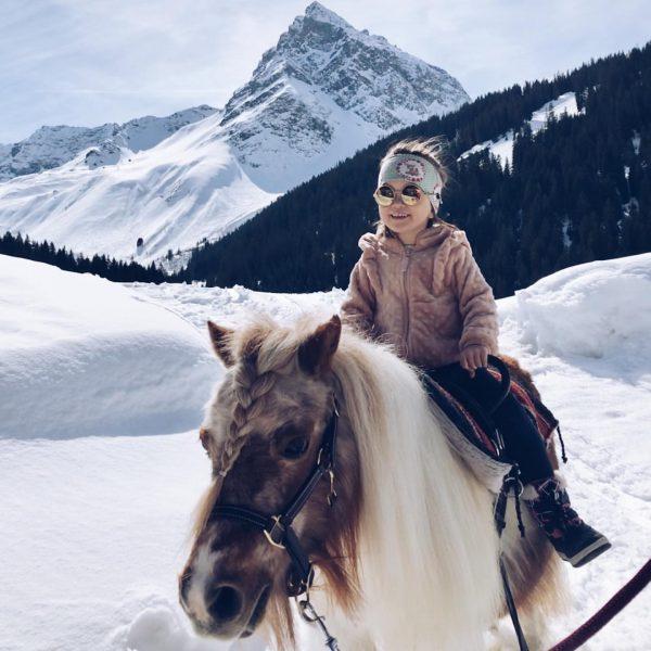 Ein fröhliches Kind, die Sonne lacht, das Pony auch hübsch und die Madrisa ...