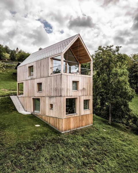 hillside house #architecture #architecturephotography #architektur #minimalism #hillside #hillsidehouse #alpinearchitecture #mountains #wood #timberconstruction #timberconstructioneurope ...
