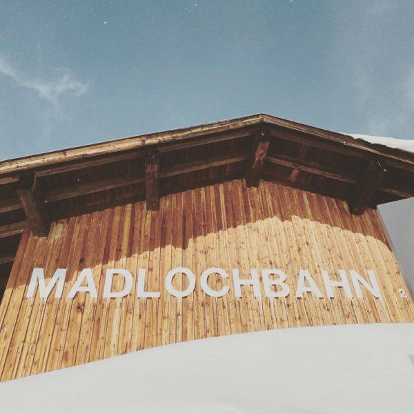 Wir verabschieden die alte Madlochbahn mit einer Traum Tiefschnee Abfahrt von oben bis ...