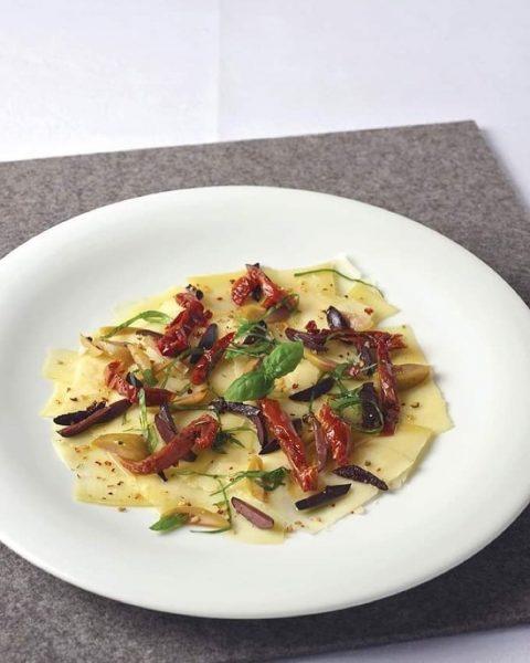 ***Carpaccio vom Bergkäse mit getrockneten Tomaten, Oliven und Basilikum*** 🧀🍅 Zutaten: 200g Bergkäse, 18 Monate 40g Olivenöl...