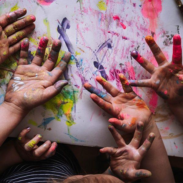 BÄHM! Heute wird es richtig bunt und wild. Isabell @heartmaenner hat mit den Kids eine zauberhafte Fingermalparty...