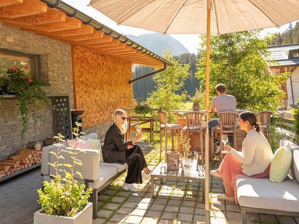 🌸 GENIESSER-LOUNGE 🌸 Hier können Sie die Lecher Bergwelt bei einem Glas Champagner 🥂, einer guten Falsche...