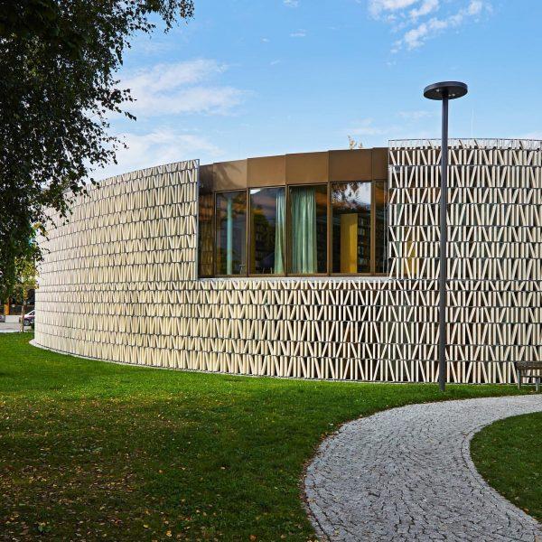ℹ️🧐 Habt ihr gewusst, dass für die @stbibdornbirn Fassade, die wie ein Bücherregal ...