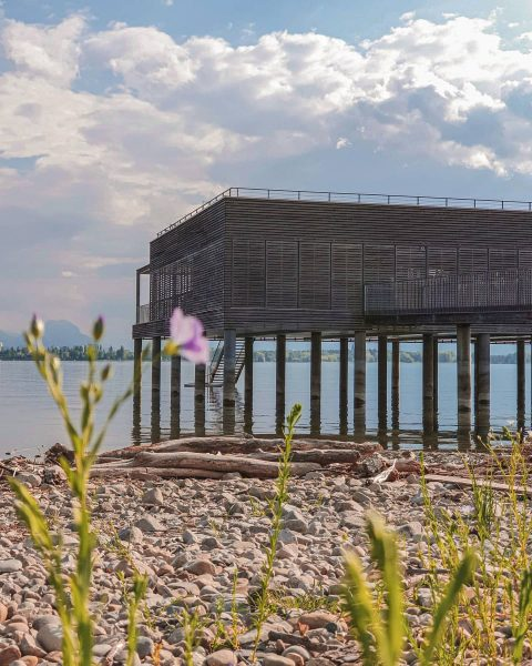 Architektur begegnet See. Das Badehaus am Kaiserstrand in Lochau fügt sich harmonisch in ...