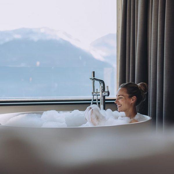 Ab in die Wanne 💦 Traumhafter Fernblick 😍 und entspannende Schaumbäder 🛀 verbinden ...
