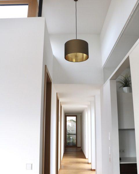 Goldkaschur passt immer! Weil es einfach eine feine Stimmung gibt #Kundenfoto #architektur #licht ...
