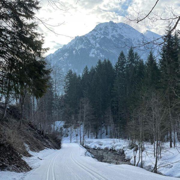 Extended winter season in Kleinwalsertal. . #kleinwalsertal #steinbockloipe #xcskiing #austria #crosscountryskiing #winterseasonisntover #snow #ski #langlauf #photooftheday #nofilter...