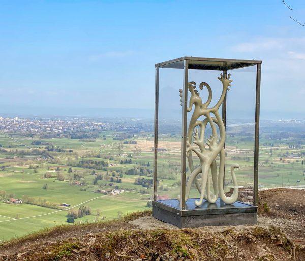 Kunst im öffentlichen Raum - Skulpturen blicken über das Rheintal 🎭 🌄 🥰. Die Skulptureninstallation des gebürtigen...